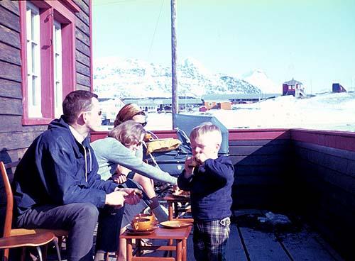 Kaffe på terrassen med venner + 2 ens barnevogne
